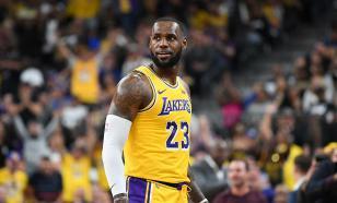Матч НБА остановили из-за конфликта Леброна с белой фанаткой
