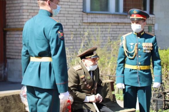 В Петербурге 104-летнего фронтовика поздравили персональным парадом