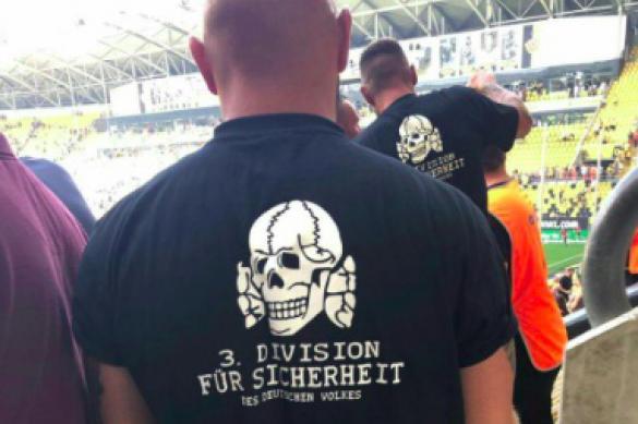 Два немецких болельщика пришли на матч с неонацистскими знаками