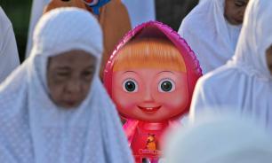 Мультяшная Маша появилась на молитве в честь Ид аль-Фитр в Джакарте