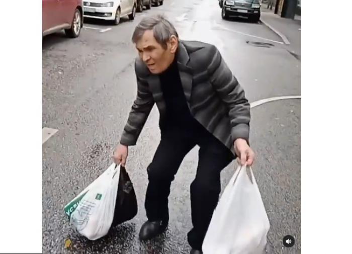 Алибасова сняли, как он еле ковыляет с продуктами из магазина