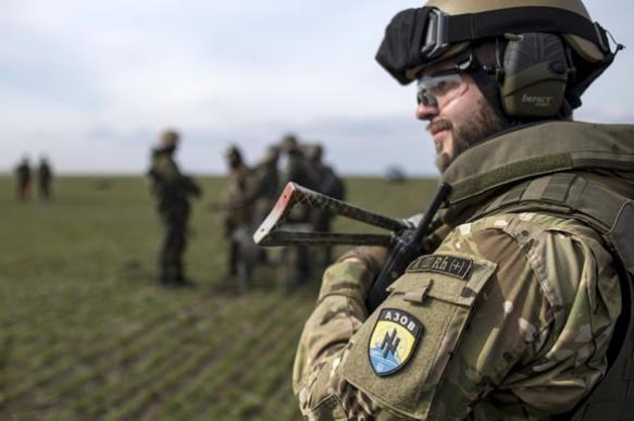 """СМИ: националисты из """"Азова"""" вывесили в Донбассе флаг Вермахта"""