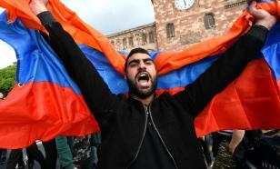 В Ереване полиция оттесняет протестующих от здания парламента