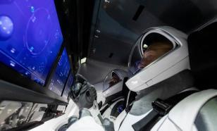Корабль Crew Dragon c астронавтами приближается к Земле