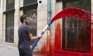 Французские активисты разлили красную краску у здания минздрава