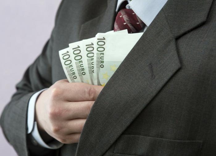 Опрос: россияне захотели получать зарплату в долларах и евро
