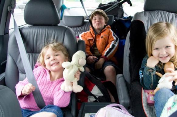 Автоэксперт: дополнительно ограничивать скорость при перевозке детей опасно