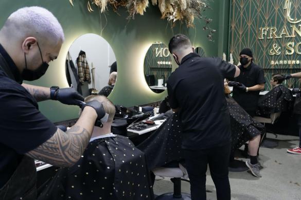 Новая Зеландия ослабила карантин: в парикмахерские очереди даже ночью