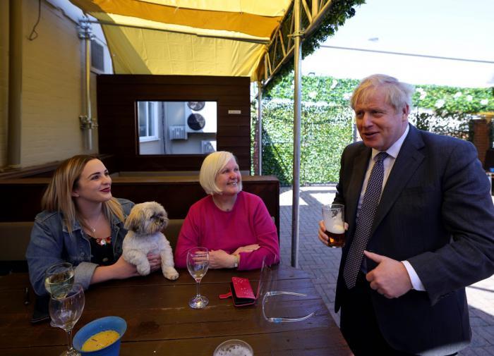 Борис Джонсон наконец-то выпил обещанную себе пинту пива