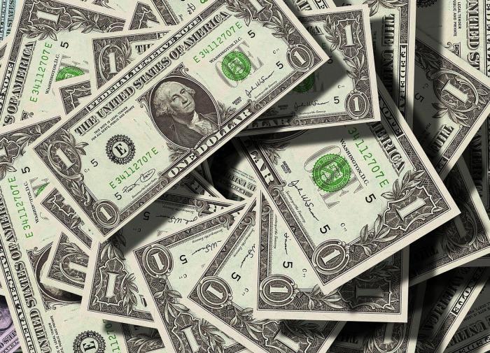 Экономист: позиции доллара постепенно подрывают евро и юань
