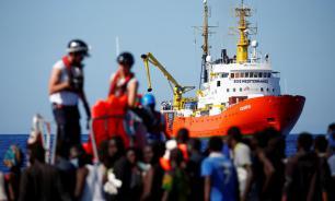 Власти Италии запретили судну с 98 мигрантами заход в порты страны