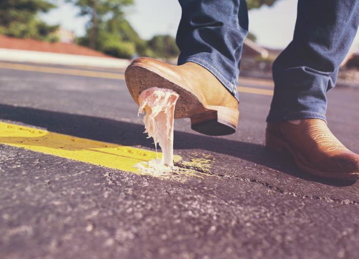 Как эффективно удалить прилипшую жвачку с любой поверхности: три способа
