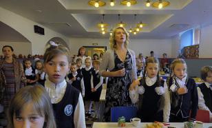 В Перми проверили школу, где повар накладывала еду руками