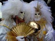Люди в масках заполонили венецианские улицы
