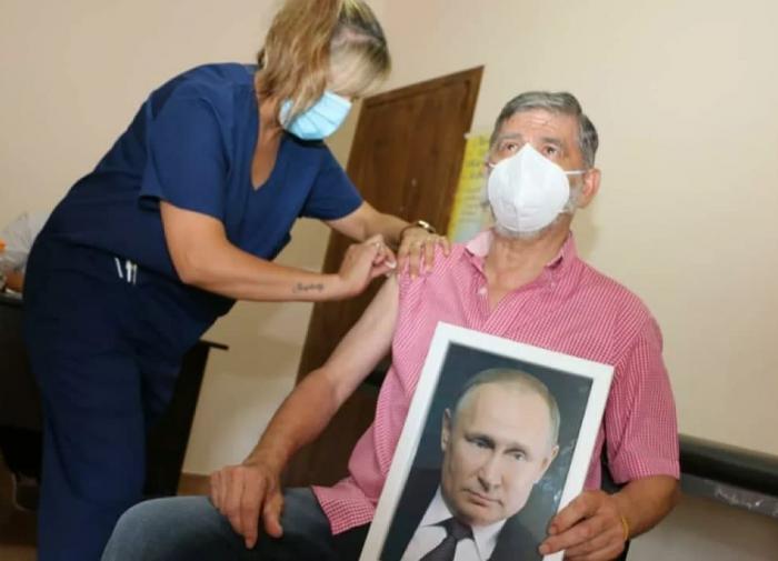 В Аргентине мэр города вакцинировался с портретом Путина в руках