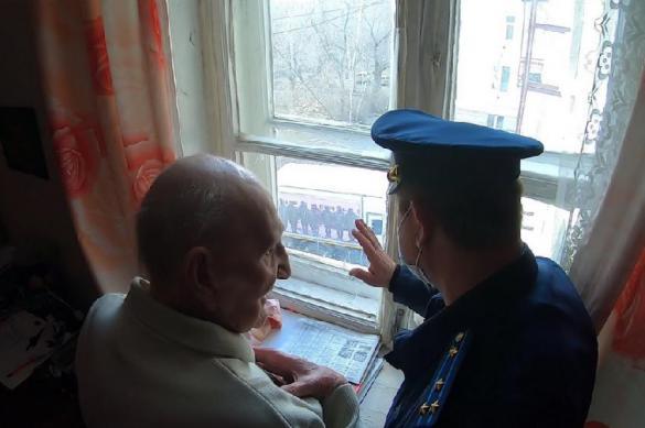 В Екатеринбурге военные провели онлайн-парад для ветерана