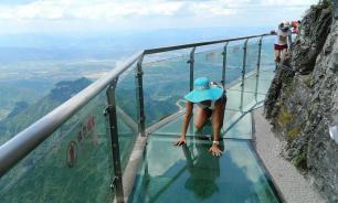 Китай: как треснул стеклянный мост над пропастью. Видео