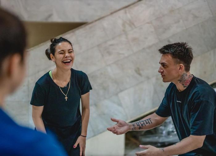 Влад Топалов догоняет жену в ледовом шоу
