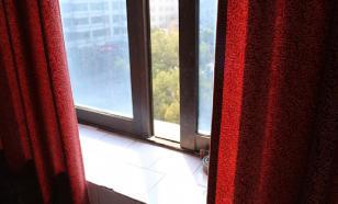 Школьница выпала из окна туалета в Татарстане и сломала ноги