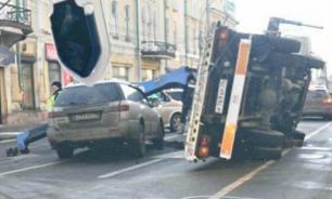 В Иркутске эвакуатор уронил авто с ребенком внутри