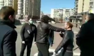 """В Киеве избили волонтеров за раздачу """"путинских масок"""""""