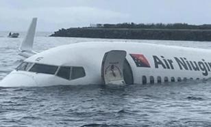 """Пассажирский """"Боинг-737"""" упал в воду при посадке на остров"""
