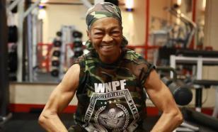75-летняя бабушка жмет штангу наравне с качками