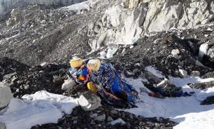 Волонтеры вывезли с Эвереста три тонны мусора