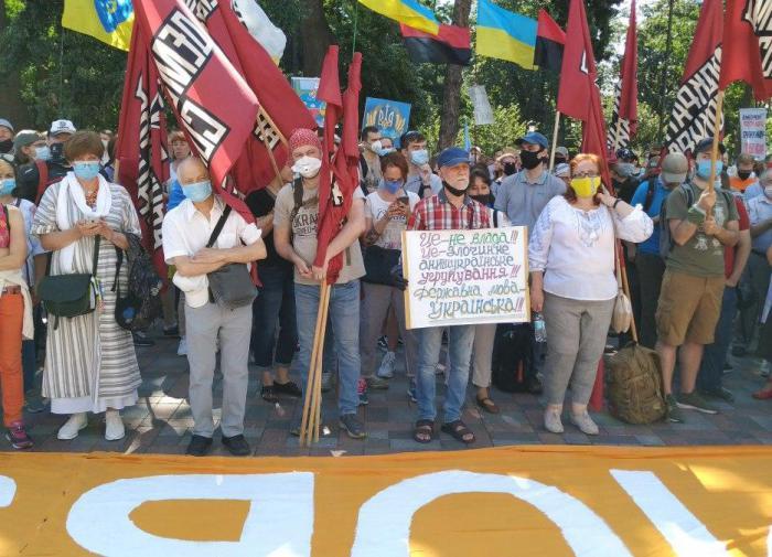 Украинцы протестуют против обучения на русском языке