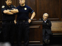 Стросс-Кан оплатит домашний арест из своего кармана.
