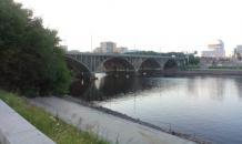 На Макаровском мосту повесили мешок в форме человеческого тела