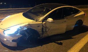 Tesla с автопилотом врезалась в полицейский автомобиль