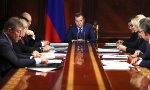 """Правительство Медведева уйдет без """"золотых парашютов"""". Как жить будут?"""