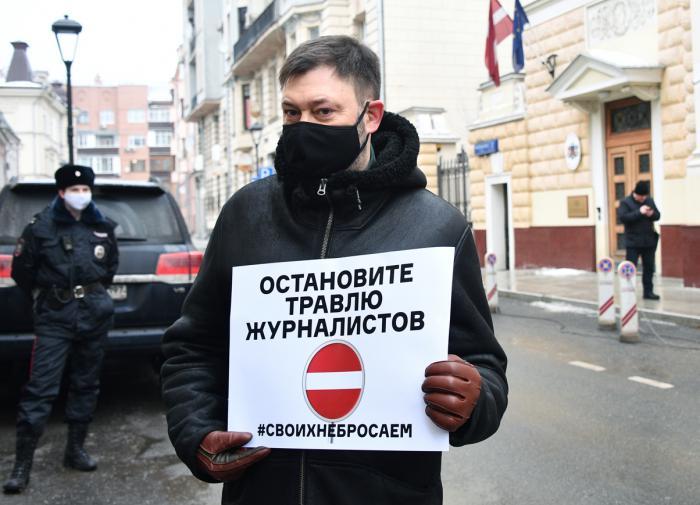 Бутина и Вышинский устроили акцию протеста у посольства Латвии