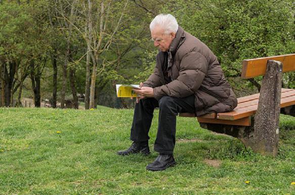 Пенсионеры работают из-за одиночества и бедности