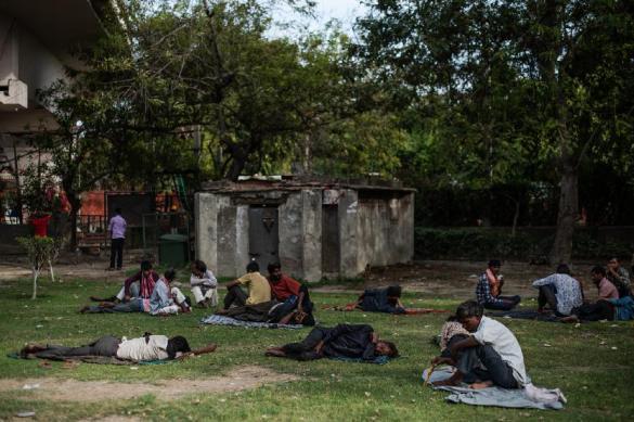 Тысячи трудовых мигрантов голодают в Индии и не могут вернуться домой