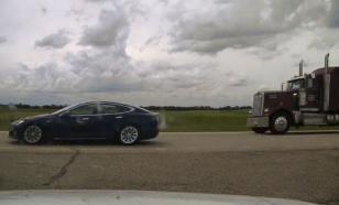 """Водитель Tesla обвиняется в том, что """"дремал во время движения"""""""