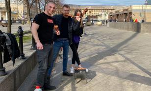 В Петербурге двое мужчин жарили шашлыки прямо в центре города