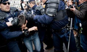 """""""Жёлтые жилеты"""" в Париже: полиция разгоняет демонстрантов водомётами и слезоточивым газом"""