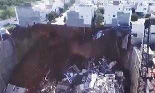 Как карточные домики: в Мексике в строительный котлован упали три жилых дома