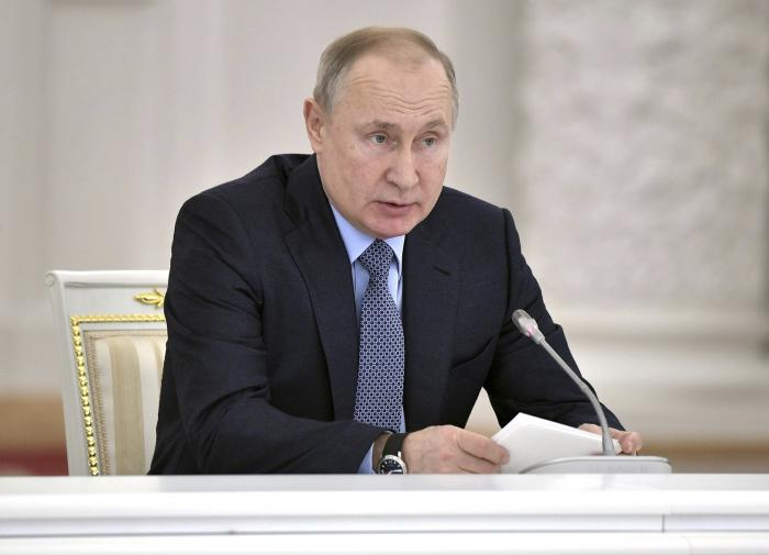 Путин: между майскими праздниками встроят нерабочие дни