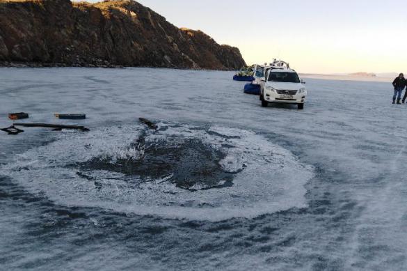 Не вняли предупреждениям: на Байкале автомобиль провалился под лед