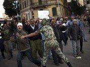 Сторонники Мубарака расстреливают демонстрантов