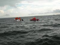 Два судна прошли мимо тонущей