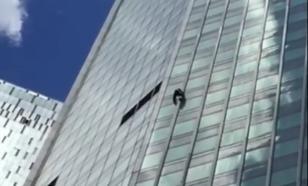 """""""Человек-паук"""", взобравшийся на небоскреб """"Евразия"""", попал на видео очевидцев"""