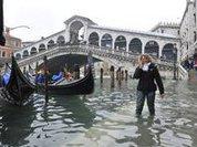 Проливные дожди смыли мост в Италии