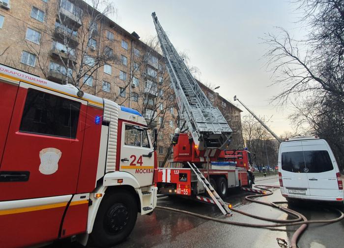 С огнем в ночном клубе в центре Москвы борются более 30 пожарных расчетов