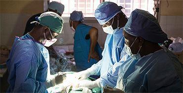 Первую в мире пересадку кисти руки от живого донора провели во Вьетнаме