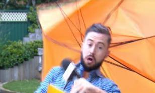С погодой шутки плохи: ирландского телеведущего сдуло из кадра порывом ветра
