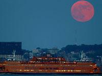 Миллионы людей наблюдали затмение Луны в небе и интернете (+видео).